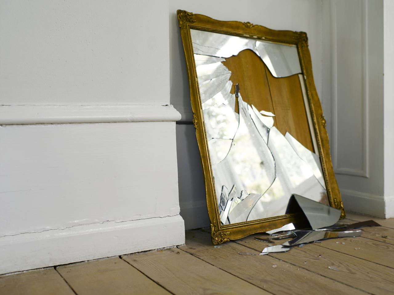 картинка разбитое зеркало безымянном ногте