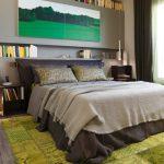 кровать с бежевым покрывалом