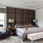 кровать с коричневой стенкой