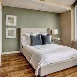 кровать с серыми подушками