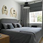 кровать с серым бельем