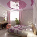 кровать с сиреневым потолком