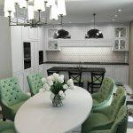 кухонная мебель зеленые стулья
