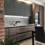 кухонная мебель серая с деревом