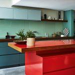 кухонная мебель с красным столом