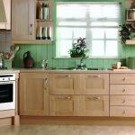 кухня зеленая с бежевым