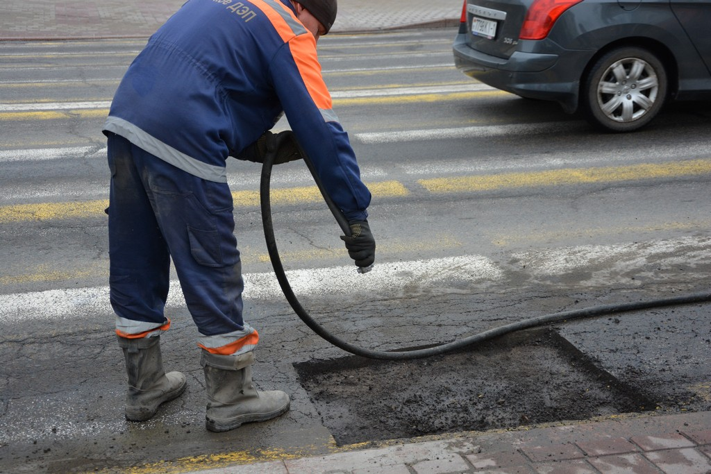 ремонт на трассе с битумом