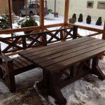 темный деревянный стол в беседку