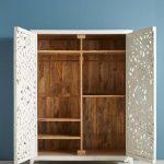 шкаф из фанеры с узорной дверью