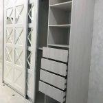 шкаф-купе встроенный со стеклом