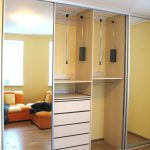 шкаф-купе встроенный с оранжевым диваном