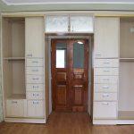 шкаф вокруг двери фото декора