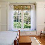 шкаф вокруг окна с диваном идеи