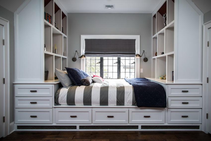шкаф вокруг окна с кроватью