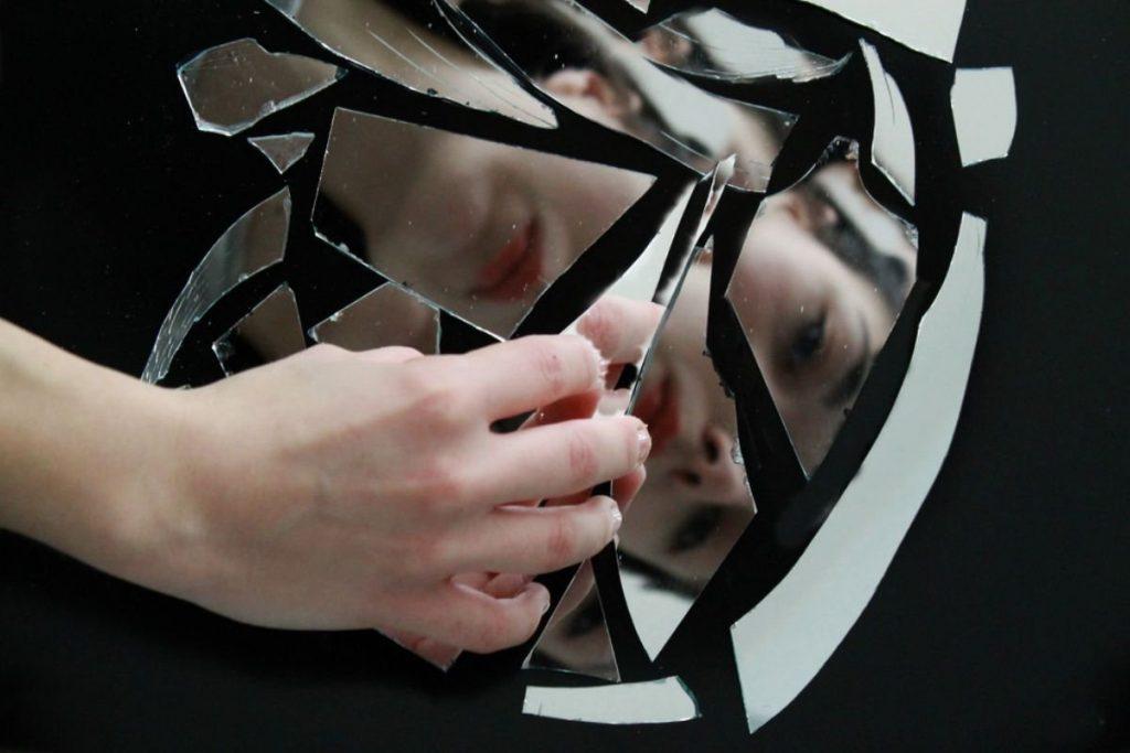 смотреться в разбитое зеркало
