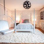 спальное место в комнате для молодой девушки