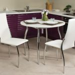 кухонный стол круглый в фиолетовой кухне