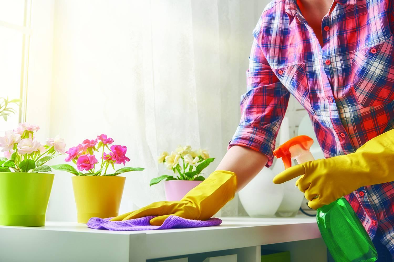 делать уборку