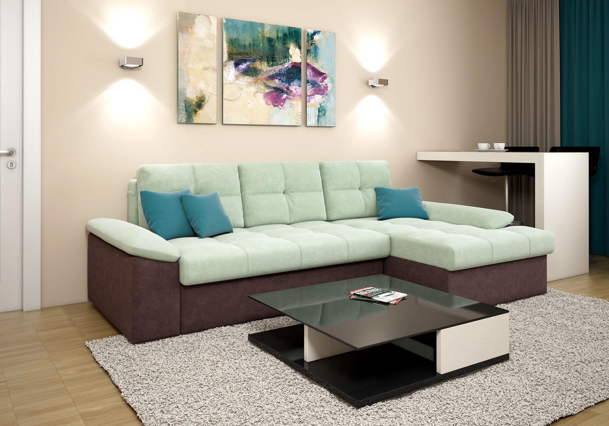 диван в небольшом помещении