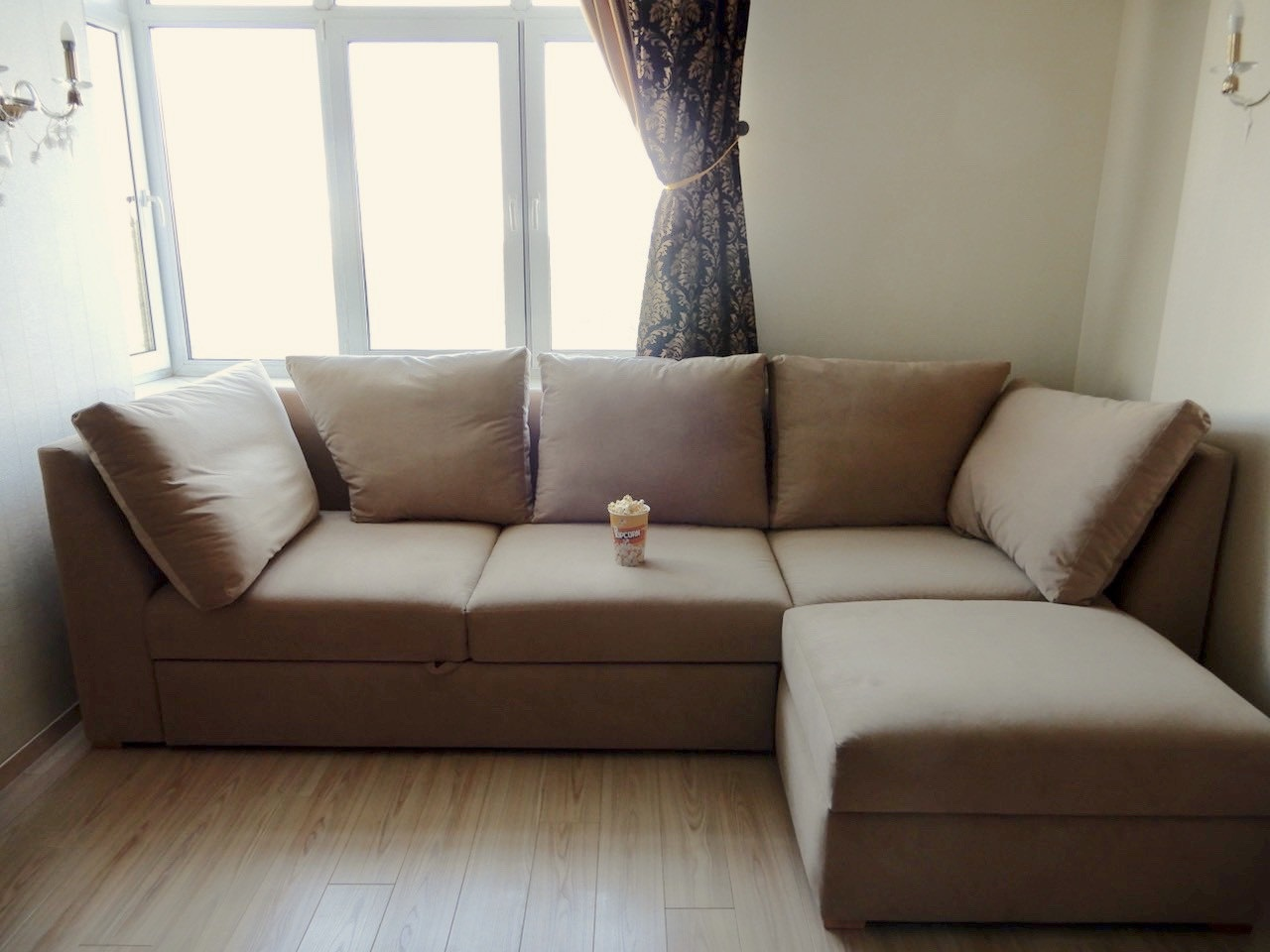 большой диван в маленькой комнате