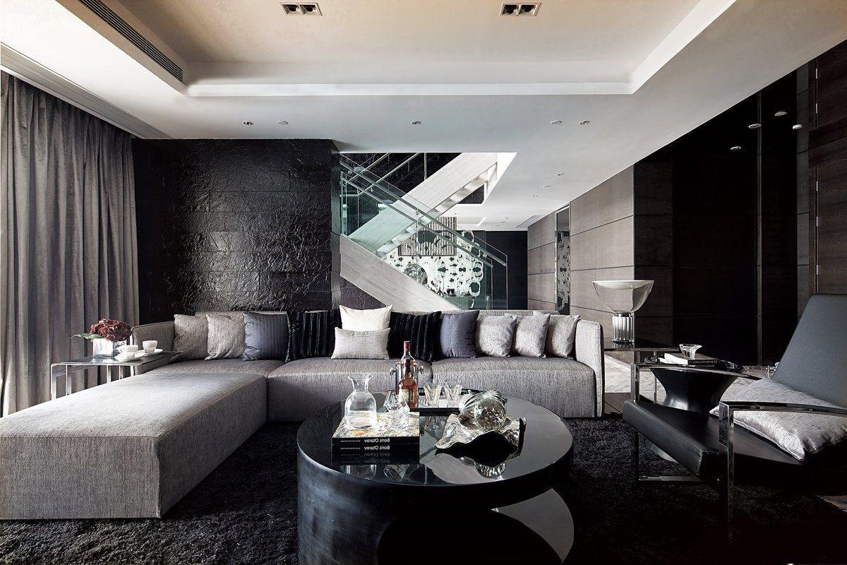 светлый диван в темной комнате