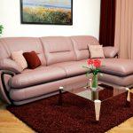 диван угловой с коричневым ковром