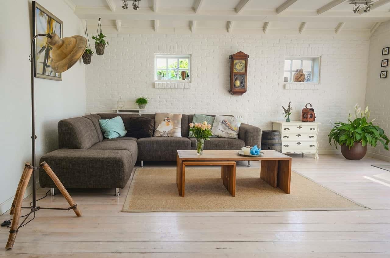 маленький диван в большой гостиной