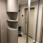 угловой шкаф в прихожей серый с зеркалом