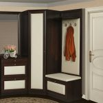 угловой шкаф в прихожей коричневый с белым