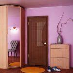 угловой шкаф в прихожей с круглым ковром