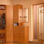 угловой шкаф в прихожей коричневый светлый