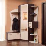 угловой шкаф в прихожей с этажеркой