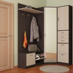 угловой шкаф в прихожей с серой курткой