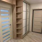 угловой шкаф в прихожей деревянный