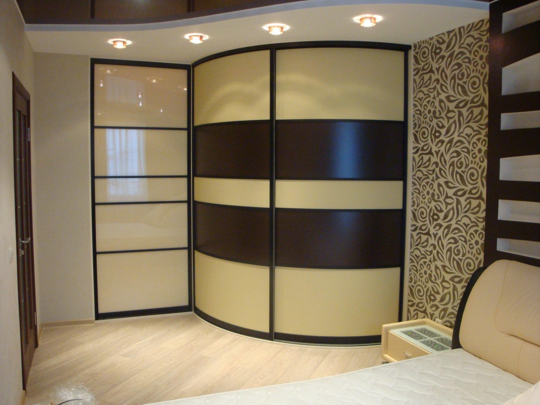полукруглый шкаф в спальне