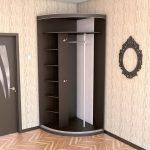 угловой шкаф коричневый в прихожей
