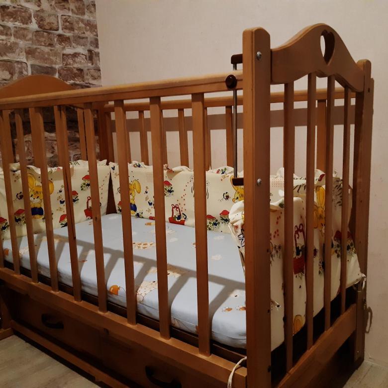 устройство малыша в кроватке с маятником