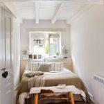 узкая спальня светлая