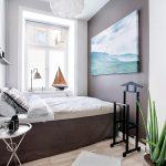 узкая спальня с окном