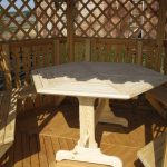 белый круглый стол в беседку