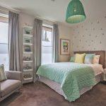 зеленый абажур в комнате