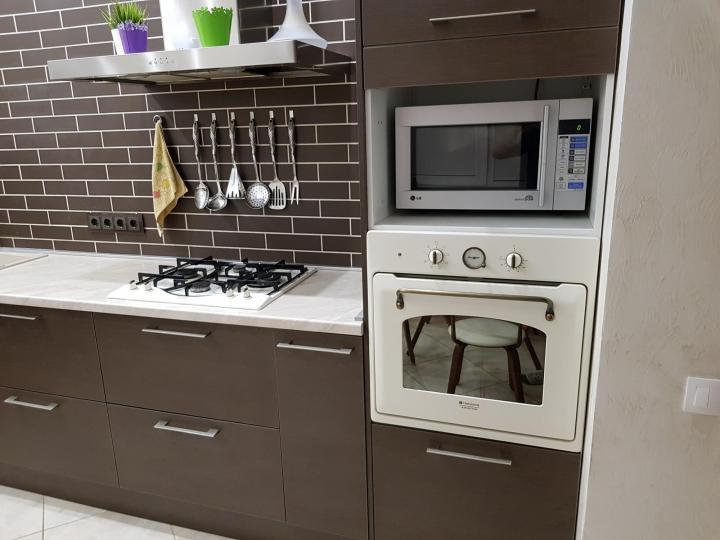 Разное расположение духовых шкафов на кухне фото