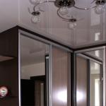 встроенный шкаф и натяжной потолок фото