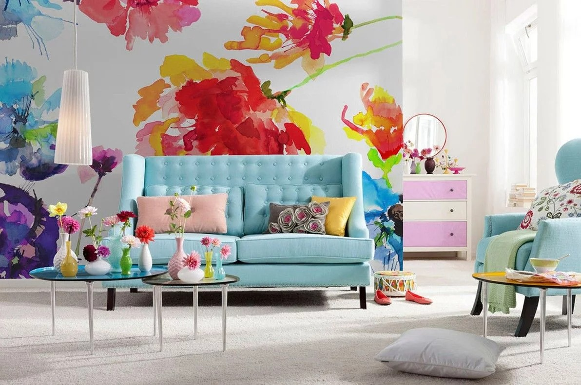 яркие стены и диван в гостиной