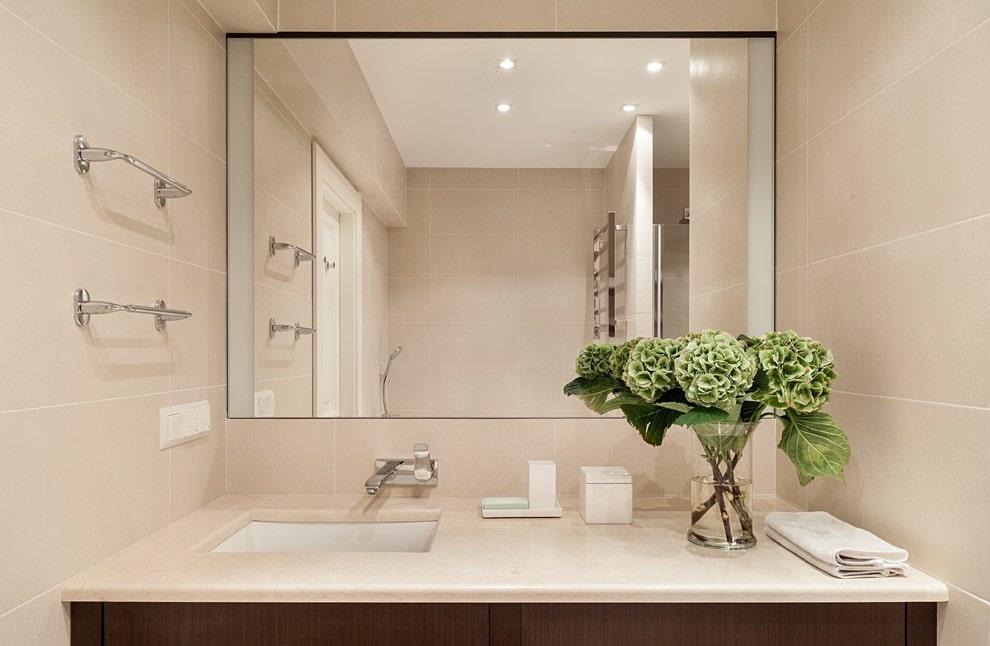 зеркало в ванной на плитке