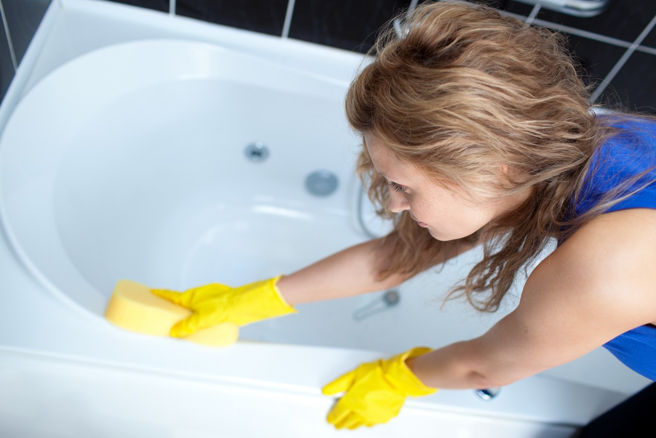 мытье ванны губкой