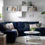 полка многоярусная над диваном с книгами