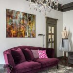 картина над фиолетовым диваном