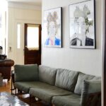 два портрета над диваном