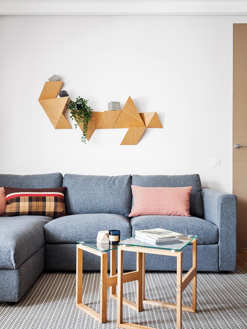 оформление пространства над диваном